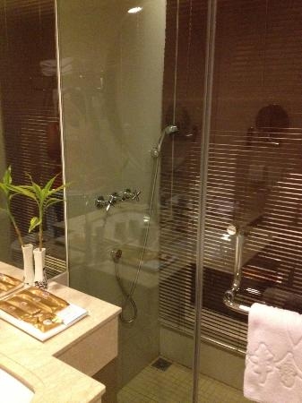 Jinjiang MetroPolo Hotel Classiq Shanghai Peoples' Square: decorated bathroom / no bathtub