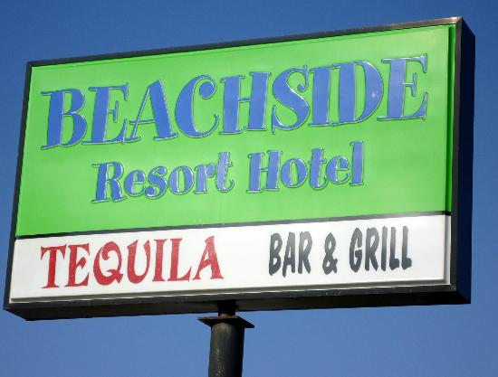 Beachside Resort Hotel: The sign from the road