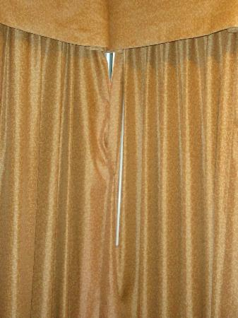 Beachside Resort Hotel: Corner room curtains from the inside