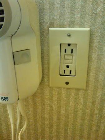 Jackson Inn: Loose Electric Plug