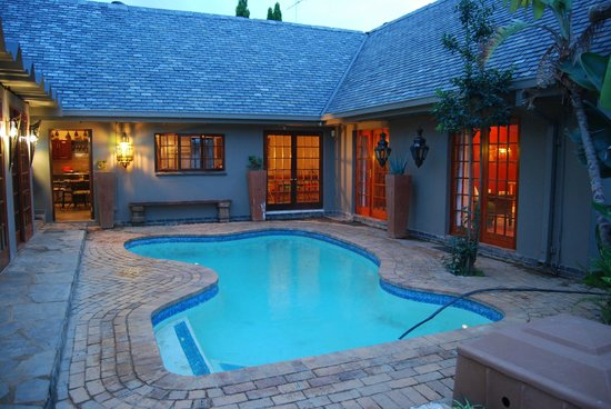 The Wardrobe Guest House: We had a wonderful braai at the pool area.