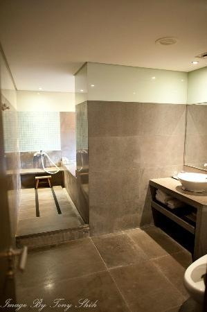 Spring City Resort: Large bathroom