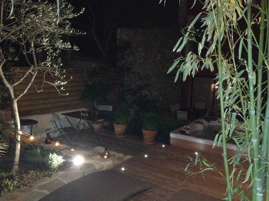 Le clos des restanques : Jaccuzi + terrasse de la chambre valis Brigia - De Nuit