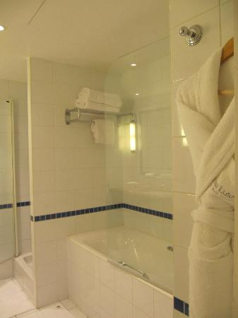 Hotel Lutetia: The Bathroom has separate bathtub and shower buses