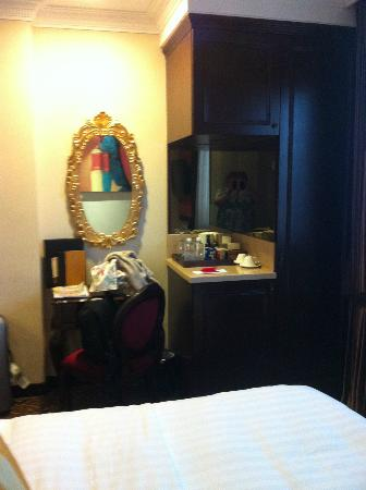 Hotel Nostalgia: Minibar and desk area