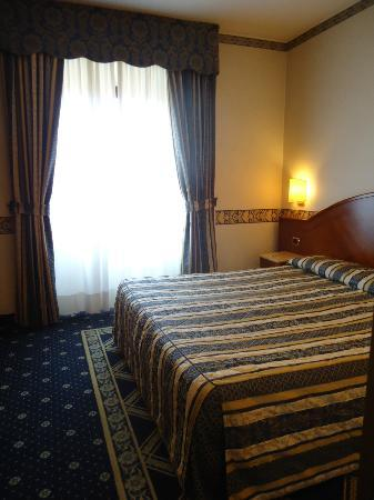 Mokinba Hotel Baviera: Habitación luminosa y amplia...