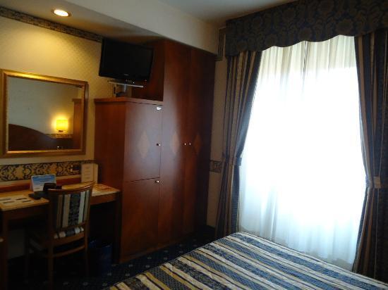 Mokinba Hotel Baviera : Habitación equipada con caja fuerte, mueble bar, buenos armarios, escritorio y silla, tele plana