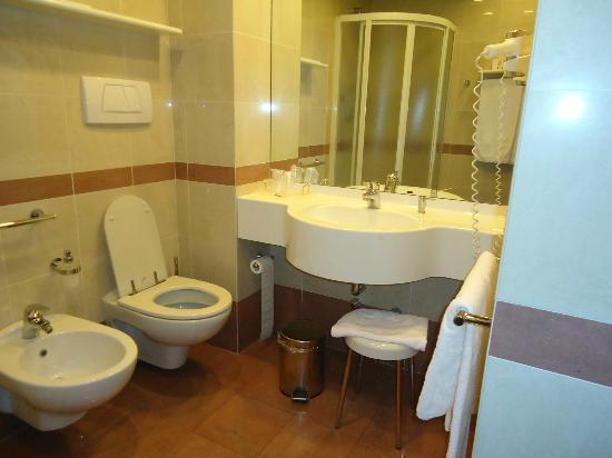 Mokinba Hotel Baviera : Baño grande e inmejorable!! Secador de pelo, jabones...