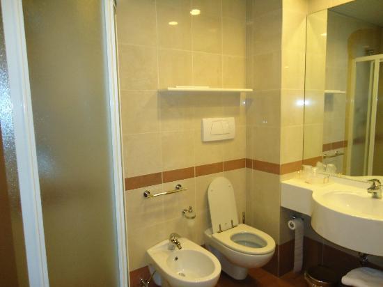 Mokinba Hotel Baviera: De lo mejor: La mampara!! En otros hoteles, el detalle de una cortina resta puntos!!