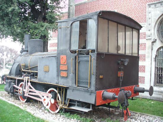 Sirkeci Station: Una vecchia locomotiva all'ingresso della stazione
