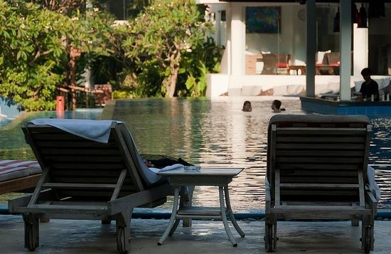 The Breezes Bali Resort & Spa : Pool-side loungers