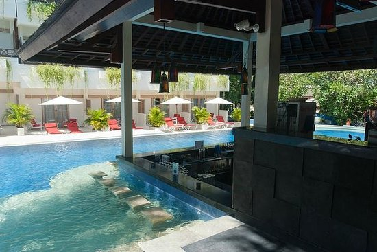 The Breezes Bali Resort & Spa: Pool-side bar