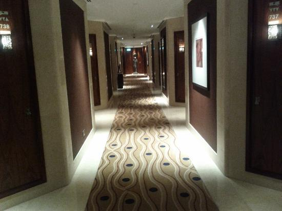 Couloir amenant aux chambres suites picture of raffles for Chambre de commerce dubai