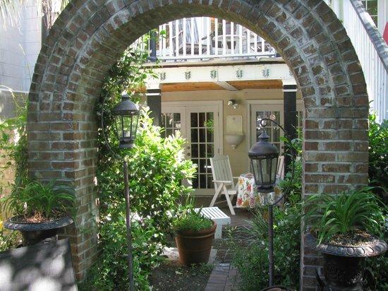 The Olde Savannah Inn: Private entrance to BonVionne room