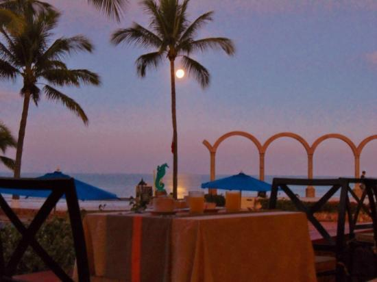Occidental Nuevo Vallarta: Breakfast in the moonlight at 7:45 am