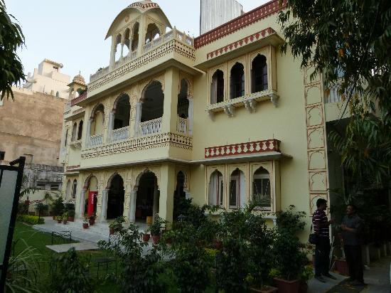 Krishna Palace: View of the outside