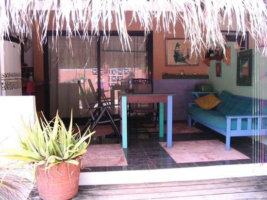 Beach House Aruba Apartments : patio/dining area