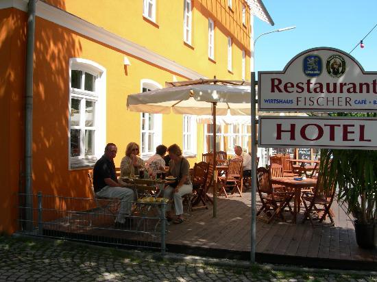 Hotel und Tafernwirtschaft Fischer: Lovely outside dining.