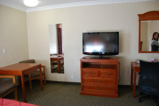 Comfort Inn - Los Angeles / West Sunset Blvd.: table and television