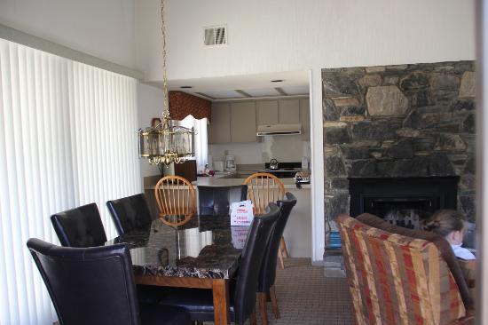 Wyndham Resort at Fairfield Mountains: dining room/kitchen/fireplace