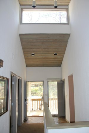 Wyndham Resort at Fairfield Mountains: looking at front enterence inside the home/ cathederal ceilings
