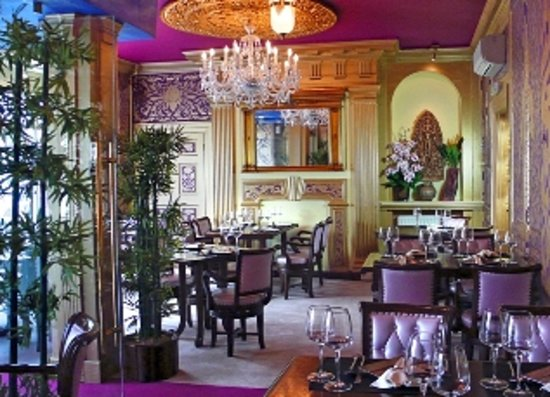 Siam Corner Ma Ma Thai: The central chandelier is adding a warm welcome to all guests