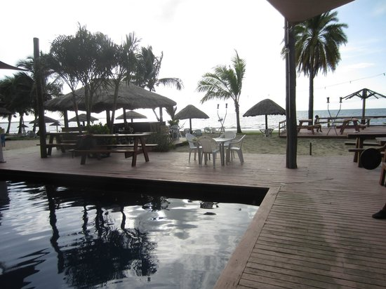 Smugglers Cove Beach Resort & Hotel: The deck and pool area.