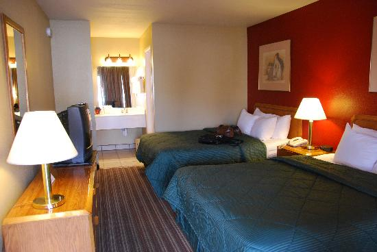 Rodeway Inn East: two queen beds