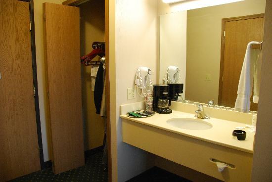 Comfort Inn: vanity area