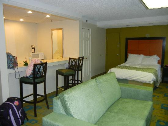 La Quinta Inn & Suites Tampa Bay Clearwater AP : Great little breakfast bar and kitchen area