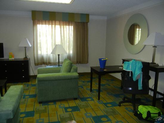 La Quinta Inn & Suites Tampa Bay Clearwater AP : Nice sitting and desk area