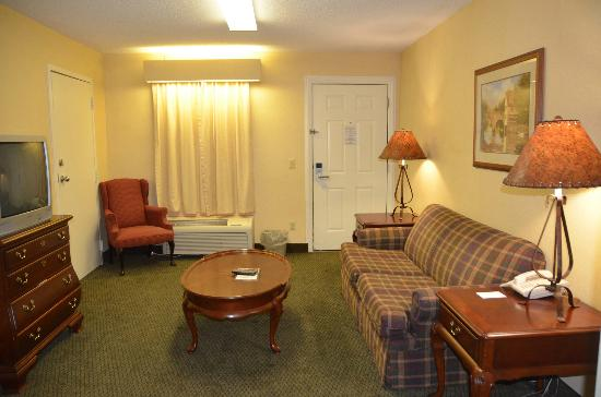 Baymont Inn & Suites Cleveland: Giant fluorescent lighting fixture in second room of suite