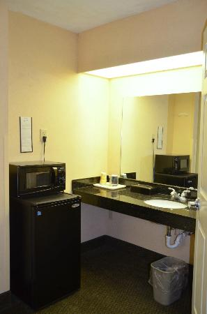 Baymont Inn & Suites Cleveland: Sink area / kitchenette in second room