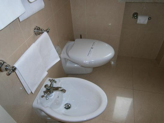 Bagno con sanitari sospesi foto di villa glori hotel - Bagno 01 san benedetto po ...