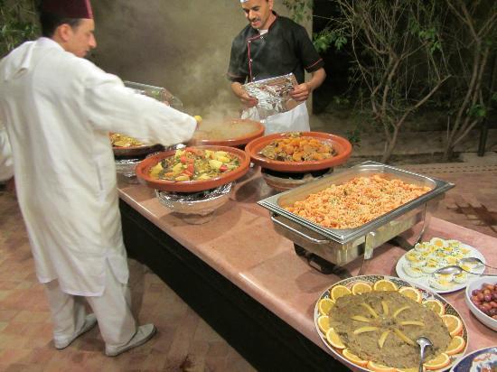 Hotel Dar Zitoune: Le Buffet en plein Air - les Tagines!