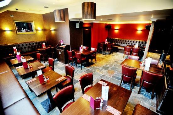 Riverbank Bar and Restaurant : Trendy refurbished restaurant