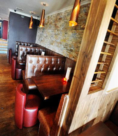 Riverbank Bar and Restaurant : Cosy booths opposite bar