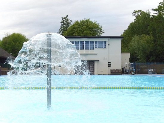 Droitwich, UK: Building and pool