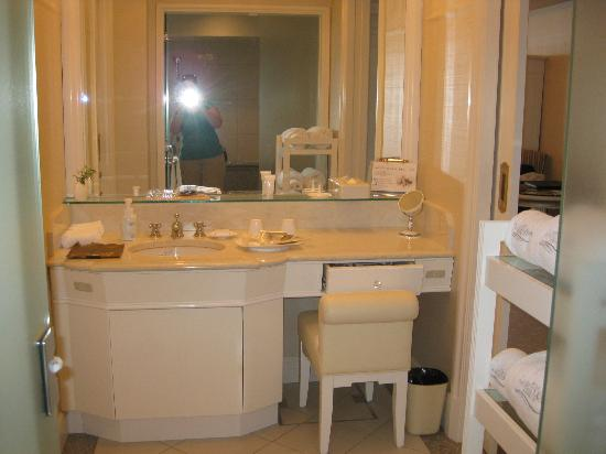 Hotel La Suite Kobe Harborland: Bathroom vanity