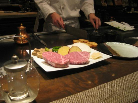 Hotel La Suite Kobe Harborland: Dinner at hotel restaurant cooking table