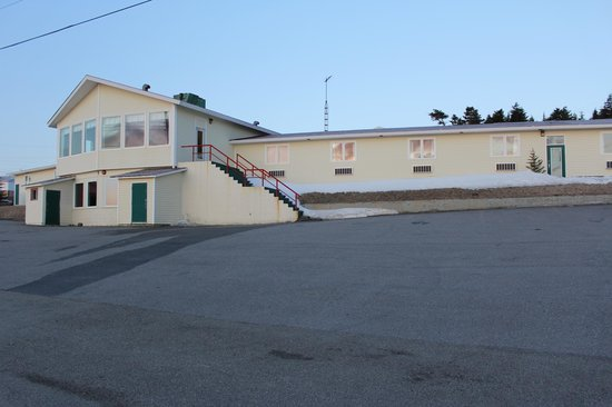 Anchor Inn Hotel: The front side of the hotel (parking area in front of the hotel)