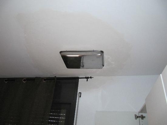 Vivobarcelona Apartments: soluzione per infiltrazione d'acqua soffitto camera da letto
