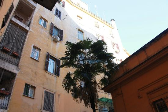 Romantic Vatican Rome B&B: B&B Inner Courtyard