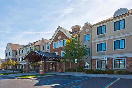 Sonesta ES Suites Auburn Hills: Hotel Entrance