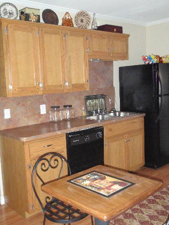 River Rock Bed and Breakfast Cottages : Fully Furnished Kitchen