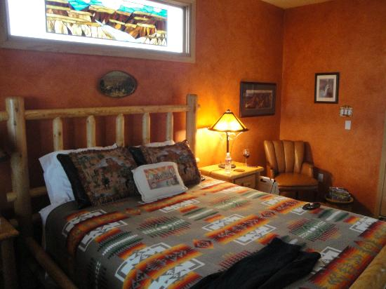 La Hacienda de Sonoita: Grand Canyon room,  bed and the stained glass in the window