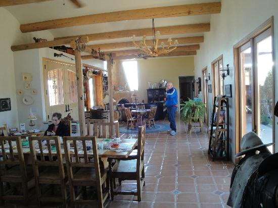 La Hacienda de Sonoita: Long view from the end of the common room