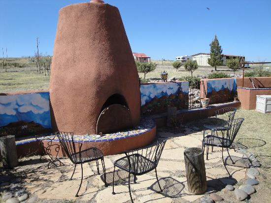 La Hacienda de Sonoita: Outdoor fireplace in the courtyard