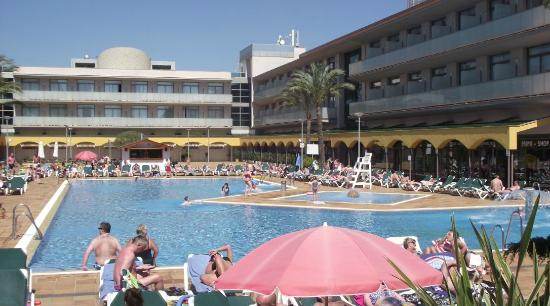 Hotel Mediterraneo Benidorm: Another view of the Outdoor Pool
