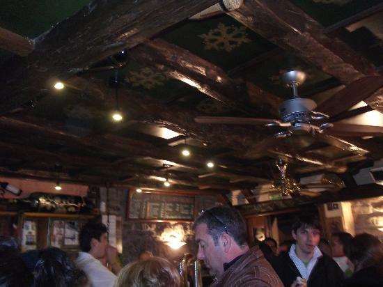 La Tasca de Ana: dibujos del techo en el interior